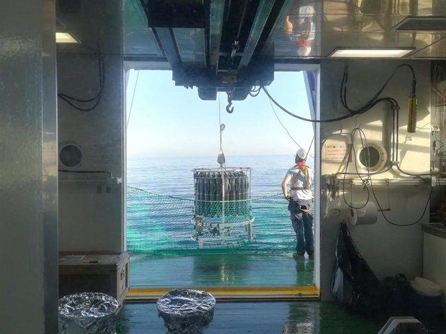La roseta de botellas oceanográficas preparada para la toma de muestras en estación a bordo del BIO Ramón Margalef.