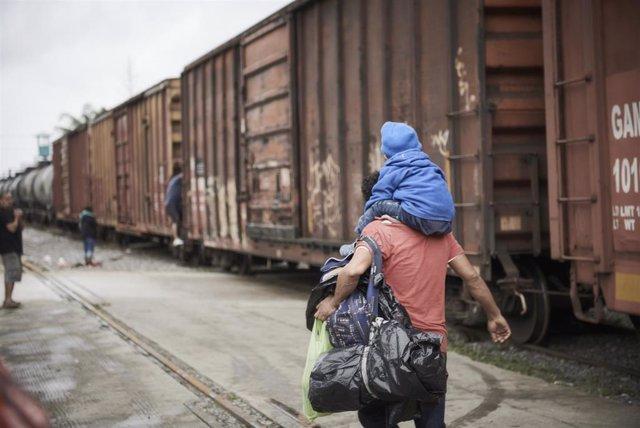 Un padre y un hijo migrantes en México