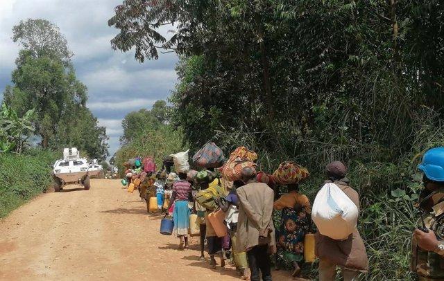 Vehículos de la MONUSCO junto a civiles en República Democrática del Congo