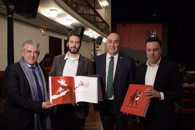Los autores del libro junto al presidente de la Diputación, Miguel Ángel de Vicente, y el vicepresidente, José María Bravo