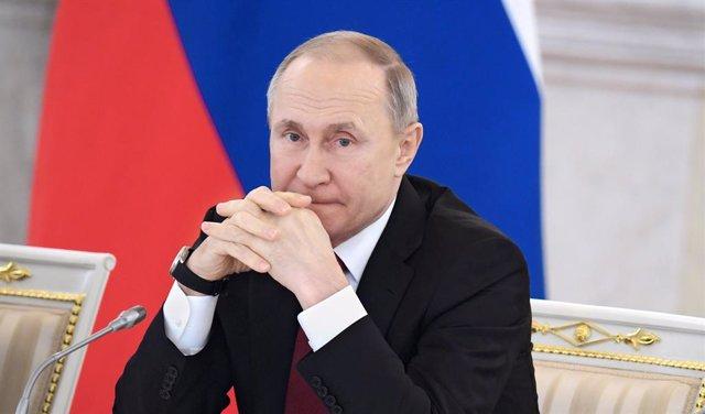 Libia.- Putin insta a abordar posibles soluciones a la guerra en Libia durante u