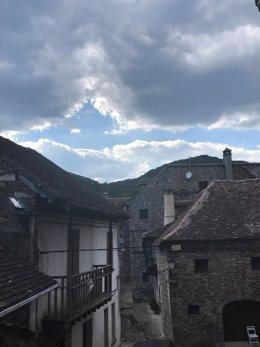 Pueblo, rural, montaña, nublado, cielo cubierto, tejado losas