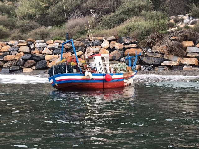 Rescatan a los tres tripulantes del pesquero Betulo tras embarrancar en la costa de Granada.