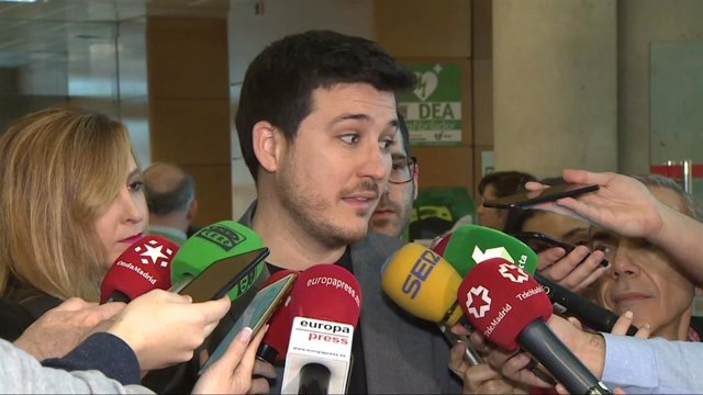 El portavoz de Más Madrid en la Asamblea de Madrid, Pablo Gómez Perpinyá, antes de entrar al pleno de la Asamblea de Madrid.