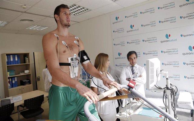 Reconocimiento médico a un jugador del Unicaja.