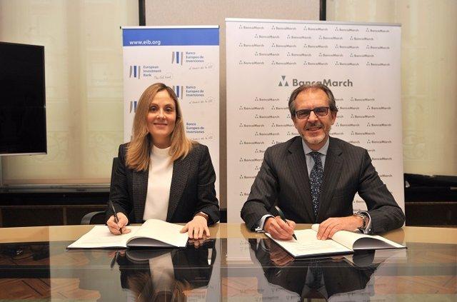 La vicepresidenta del BEI, Emma Navarro y el consejero delegado de Banca March, José luis Acea, firman el acuerdo de financiación de 400 millones a pymes y midcaps.