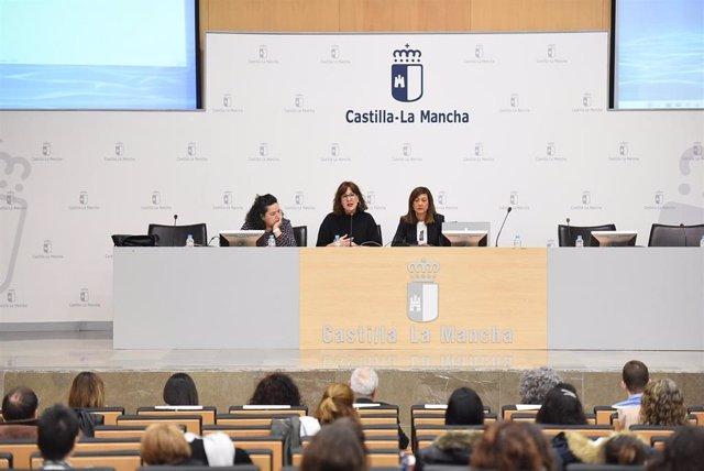 La consejera de Igualdad, Blanca Fernández, asiste, en la Escuela de Administración Regional en Toledo, a la 'I Jornada de presentación y difusión de los trabajos de investigación del Instituto de la Mujer'.