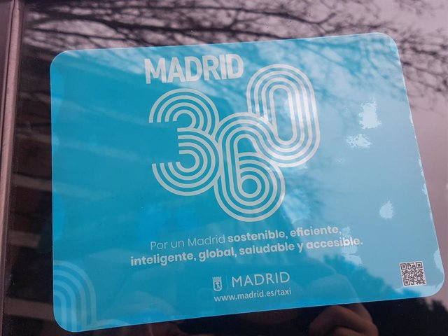 Publicidad de Madrid 360 en un taxi.