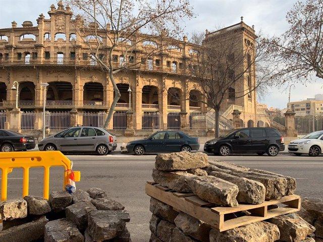 Bordillos quitados frente a la Plaza de Toros.