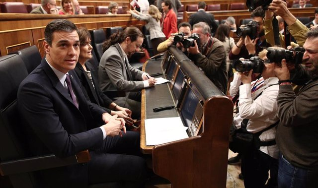 (I-D) El presidente del Gobierno, Pedro Sánchez; la vicepresidenta primera del Gobierno, Carmen Calvo; y el vicepresidente segundo y ministro de Derechos Sociales y Agenda 2030, Pablo Iglesias,  durante la primera sesión de control al Gobierno.