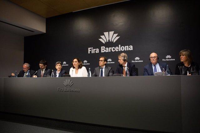 El conseller Jordi Puigneró; la delegada Teresa Cunillera; l'alcaldessa Ada Colau; el president de Fira Barcelona Pau Relat; el director de GSMA, Mats Granryd; el conseller delegat de GSMA John Hoffman i la presidenta de la Diputació Núria Marín.