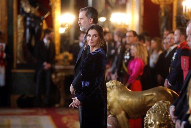 El Rey expone la política exterior del nuevo Gobierno: proyectar una España moderna, democrática y solidaria