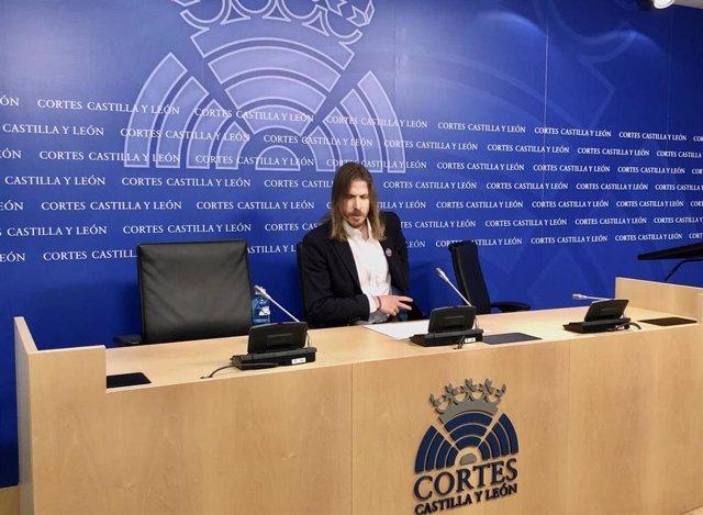 El procurador de Podemos Pablo Fernández en rueda de prensa.