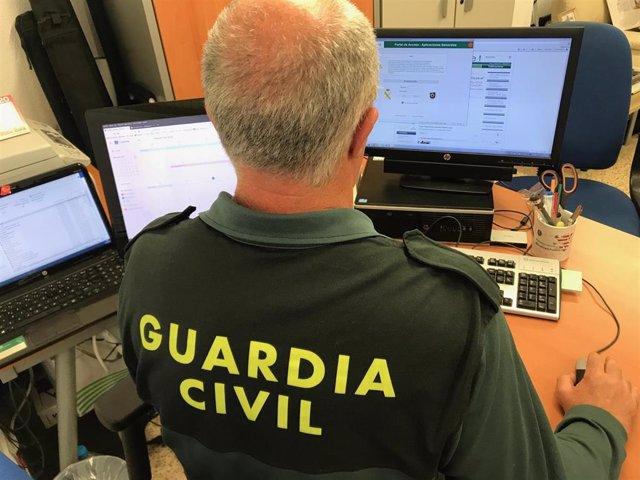 Un agente de la Guardia Civil en un momento de la investigación.