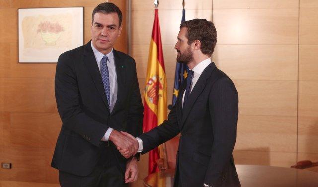 El presidente del Gobiero en funciones, Pedro Sánchez (izq) y el presidente del PP, Pablo Casado (dech), se saludan momentos antes de su reunión en el Congreso de los Diputados, en Madrid (España),a 16 de diciembre de 2019.