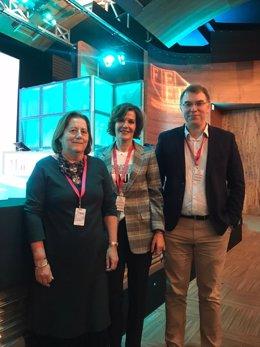 De izquierda a derecha: la Dra. María Buti, del Hospital Universitario Vall dHebrón de Barcelona; la Dra. Inmaculada Fernández, del Hospital Universitario 12 de Octubre de Madrid; y el Dr. Juan Turnes, del Hospital Montecelo de Pontevedra.