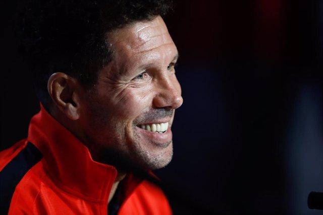 Diego Pablo Simeone sonríe en una rueda de prensa