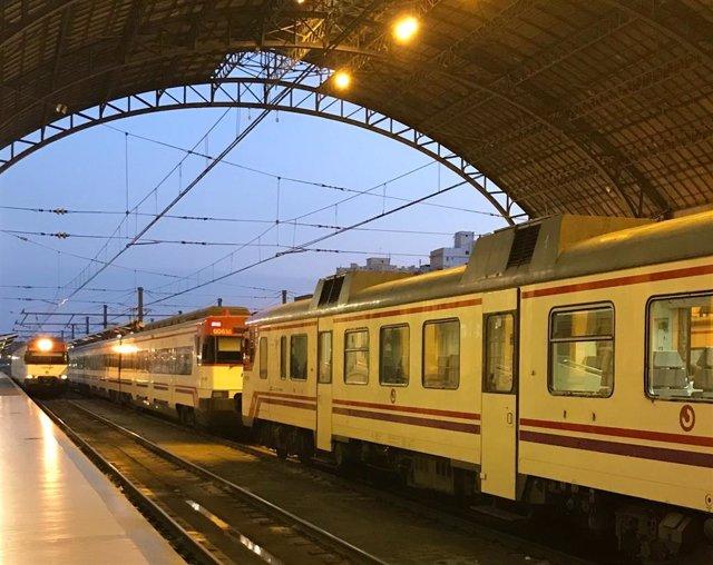 Un tren de Cercanías en la Estación del Norte de València.