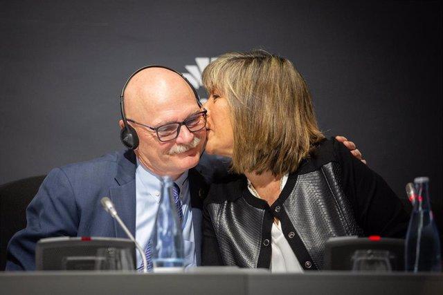 El consejero delegado de GSMA (organización de operadores móviles y compañías relacionadas), John Hoffman y la presidenta de la diputación de Barcelona, Núria Marín Martínez en rueda de prensa.