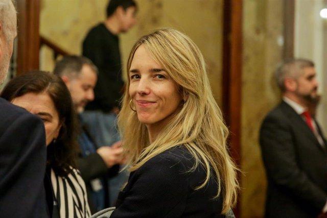 La portavoz del PP en el Congreso, Cayetana Álvarez de Toledo, abandona la sesión Plenaria en el Congreso de los Diputados el 11 de febrero de 2020.
