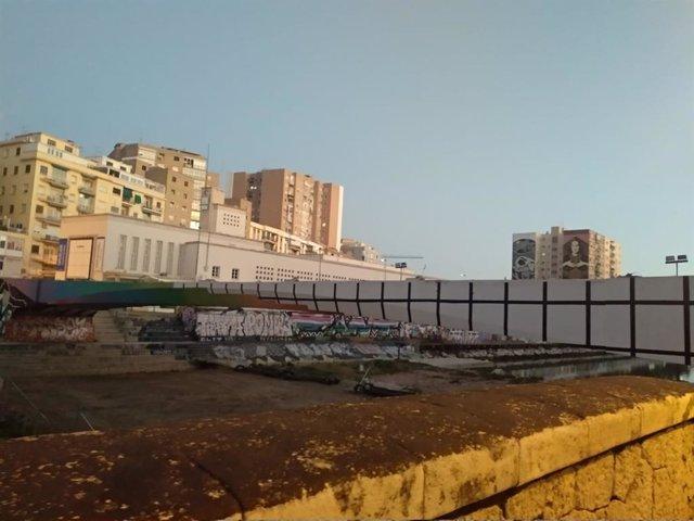 Puente peatonal del CAC Málaga que está siendo demolido y que se sustituirá por otra pasarela
