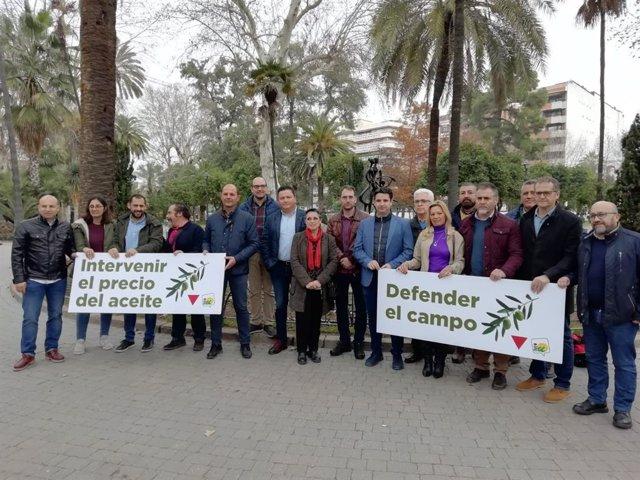 Toni Valero (centro) defiende al campo andaluz, junto a cargos públicos de IU.