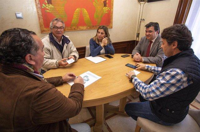 El alcalde de Huelva, Gabriel Cruz, junto a concejales del Consistorio onubense se reúnen con los promotores del proyecto para reactivar los astilleros