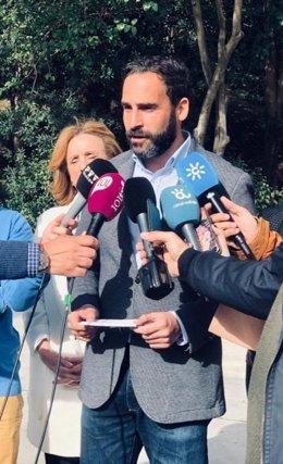El portavoz socialista Daniel Pérez atiende a los medios de comunicación.