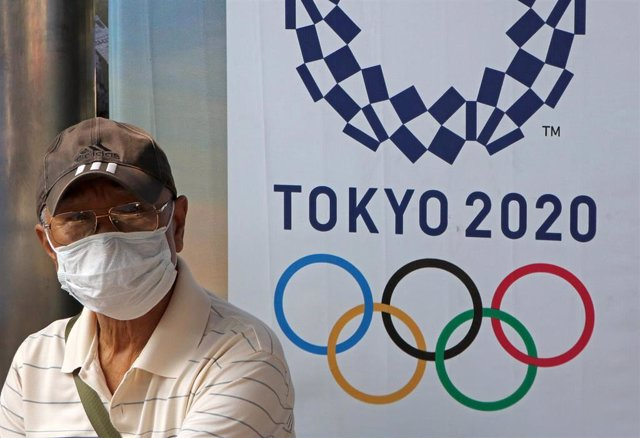 Un hombre con mascarilla por el coronavirus