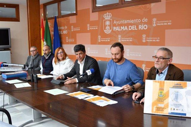 Llamas (centro) presenta el equipamiento para la Agrupación de Voluntarios de Protección Civil de Palma del Río