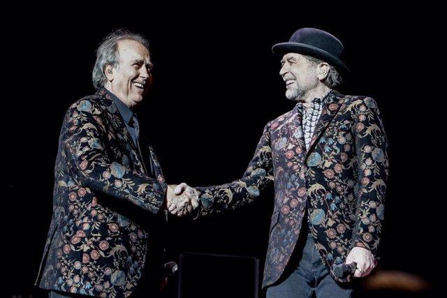 Los cantantes Joan Manuel Serrat y Joaquín Sabina se dan la mano durante su actuación en el WiZink Center de Madrid el 20 de enero del 2020.