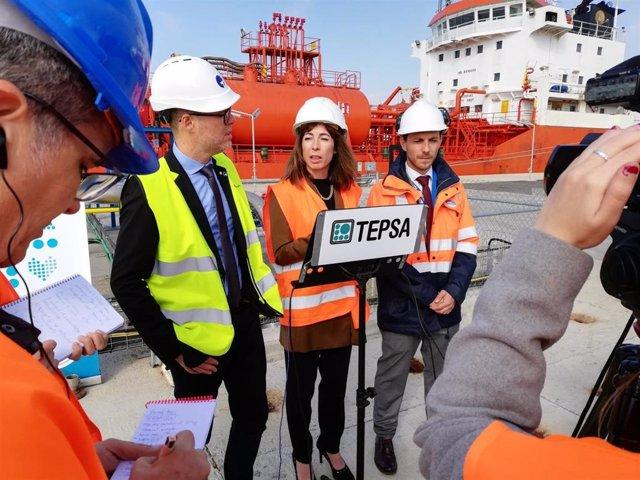 El presidente del Puerto de Tarragona, Josep Maria Cruset, y la directora general de Tepsa, Nuria Blasco, este jueves en el enclave portuario tarraconense
