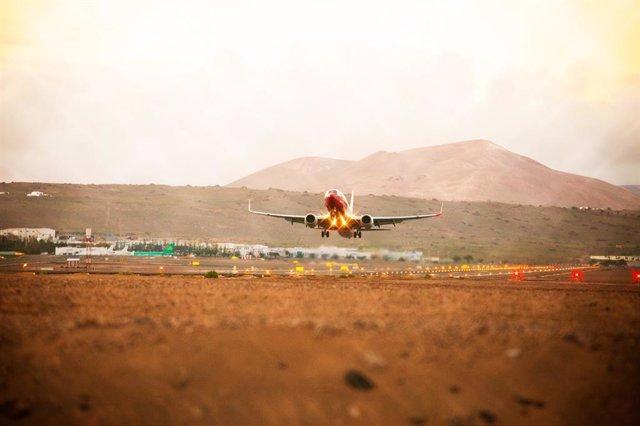 Un avión aterriza en un aeropuerto de Canarias