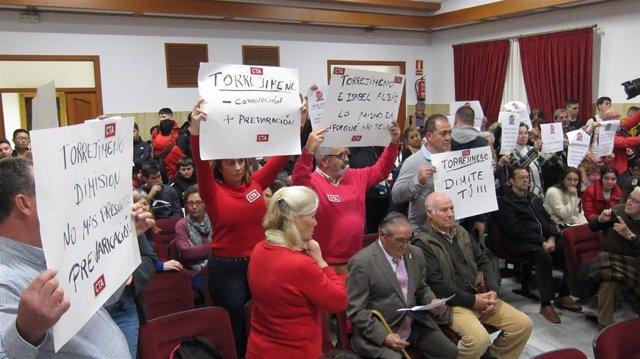 Representantes de CTA portan pancartas pidiendo la dimisión de Manuel Torrejimeno, en el salón de plenos.