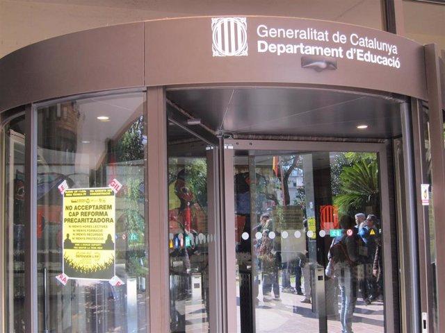 Entrada de la Conselleria de Educación con un cartel contra la reforma de la FP