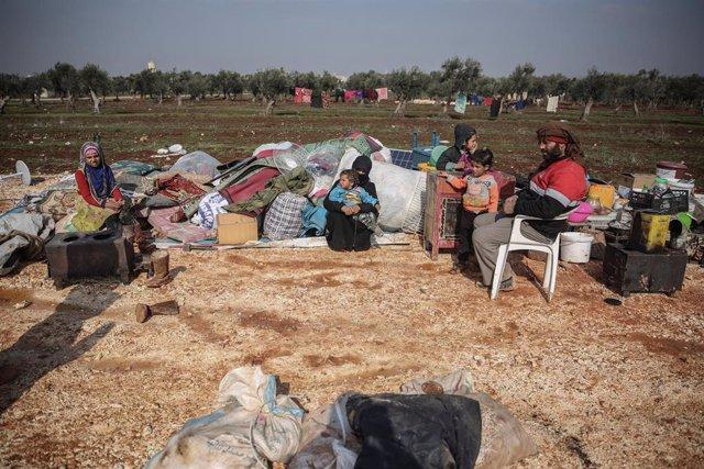Miembros de una familia de desplazados a causa de la ofensiva del Ejército de Siria contra la provincia de Idlib