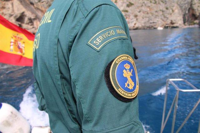 Un agente de Servicio marítimo de la Guardia Civil.
