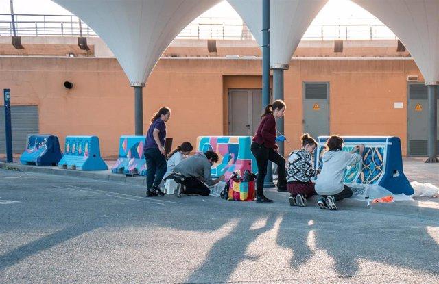 Alumnos de la Escuela de Arte de San Telmo personalizan los yerseis o separadores viales de la terminal de cruceros del puerto de Málaga