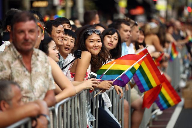 02 March 2019, Australia, Sydney: Spectators follow the 41st annual Gay and Lesbian Mardi Gras parade in Sydney. Photo: Brendon Thorne/AAP/dpa