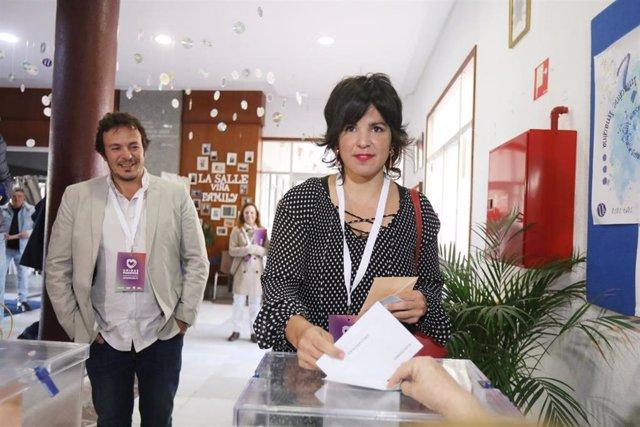 La presidenta de Adelante Andalucía y coordinadora de Podemos Andalucía, Teresa Rodríguez junto a su pareja , el Alcalde de Cádiz, José María González, 'Kichi', ejerciendo su derecho al voto en Cádiz , a 10 de noviembre de 2019