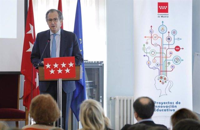 El consejero de Educación de la Comunidad de Madrid, Enrique Ossorio, asiste al acto de conmemoración de la Constitución en el IEs Ramiro de Maetzu