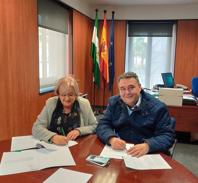 La delegada territorial de Salud y Familias, Manuela Caro, y el alcalde de Lucena del Puerto, Manuel Mora durante la firma del convenio