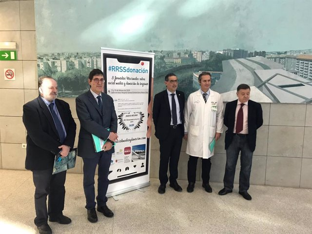 El consejero de Salud, Manuel Villegas, inaugura las I Jornadas Nacionales sobre social media y donación de órganos, que se celebran en el hospital Reina Sofía.