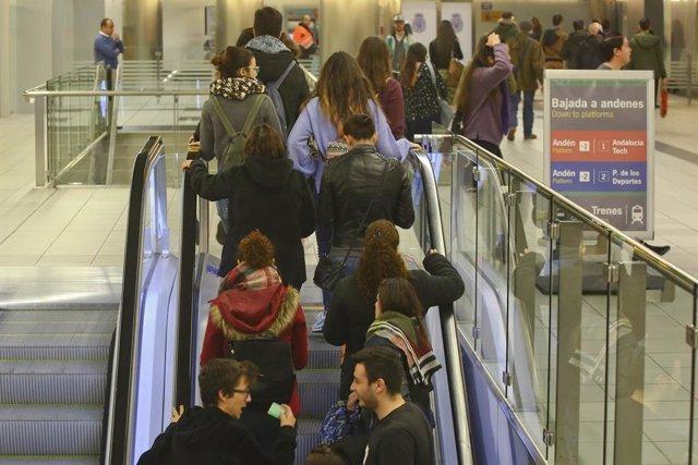 Pasajeros en el metro de Málaga