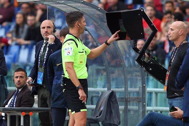 Gianluca Rocchi consulta el VAR en un partido de la Liga italiana