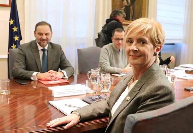 La consejera de Desarrollo Económico e Infraestructuras, Arantza Tapia, y el ministro de Transportes, Movilidad y Agenda Urbana, José Luis Ábalos, en la reunión celebrada en Madrid.