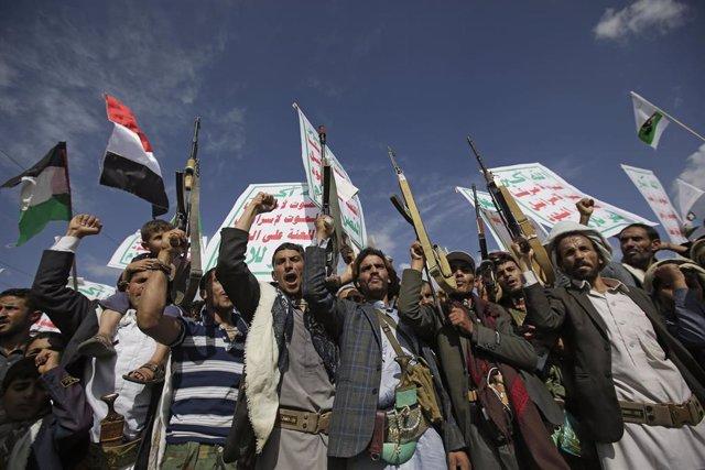 Huthis y seguidores del grupo en una manifestación en la capital de Yemen, Saná