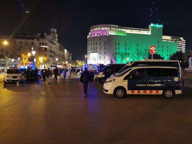Unos 200 agentes de los Mossos d'Esquadra, la Policía Nacional y la Guardia Urbana participan en la zona de la plaza Catalunya en una operación para prevenir delitos en la vía pública.