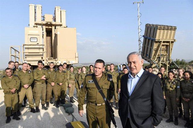 El primer ministro de Israel, Benjamin Netanyahu, junto a una batería del sistema de defensa antiaérea 'Cúpula de Hierro'