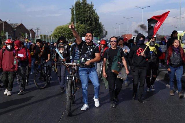 Manifestantes marchan por las calles de Bogotá en señal de protesta contra las medidas económicas y sociales del Gobierno.